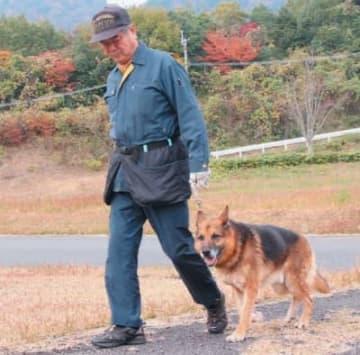 競技に臨む嘱託警察犬と訓練士