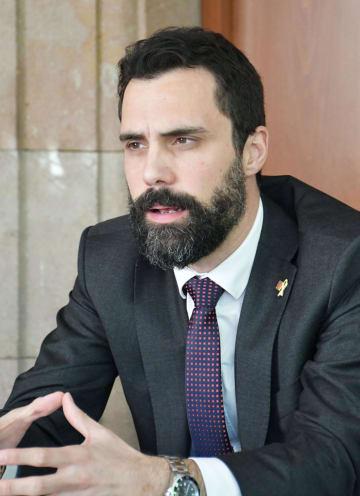 26日、スペイン・バルセロナで会見に応じるカタルーニャ自治州議会のルジェール・トレン議長(共同)
