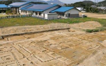 奈良県高取町の市尾カンデ遺跡で見つかった大壁建物跡(白線で囲われた部分)