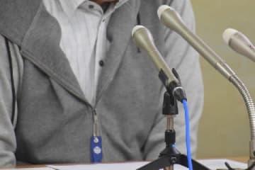 記者会見で話す男性(11月27日、東京・霞が関)