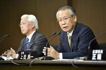 受信料の値下げについて記者会見するNHKの上田良一会長。左は石原進経営委員長=27日午後、東京都渋谷区