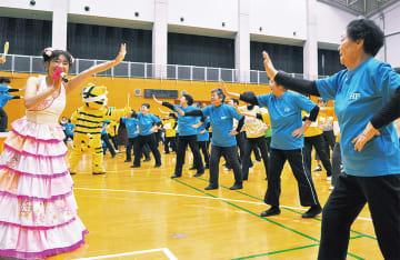 「テントラちゃんは行く」を踊る参加者ら