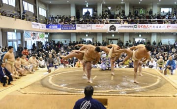 愛媛県西予市野村町地区の野村公会堂で開催された「乙亥大相撲」=27日午後