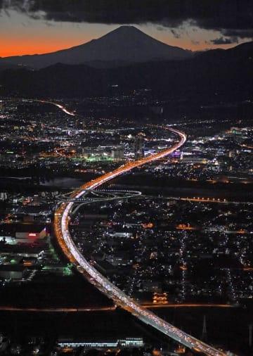 ことし1月2日、Uターンラッシュで渋滞する東名高速道路。中央左は海老名ジャンクション。奥は富士山=神奈川県海老名市