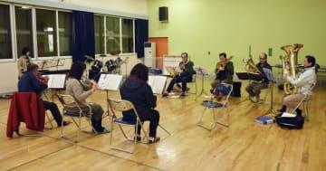 練習を再開した厚真町民吹奏楽団=27日夜、北海道厚真町