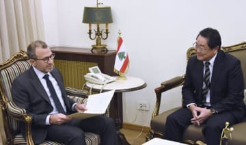 27日、ベイルートで会談するレバノンのバシル外務・移民相(左)と山口又宏・駐レバノン大使(共同)