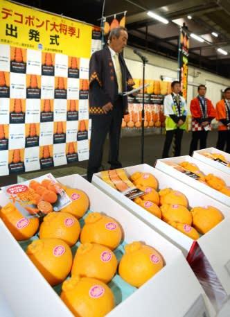 例年以上のできとなった大将季の出発式=鹿児島市中央卸売市場青果市場