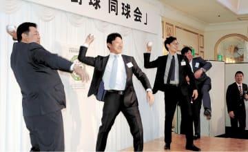 会の始球式を行う(左から)荻原さん、中根さん、江尻さん、佐々木さん