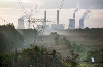 米ジョージア州の石炭火力発電所。発電所の中で石炭火力は特に二酸化炭素の排出量が多い(AP=共同)