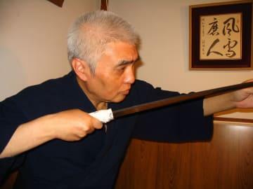 刀を見る目は鋭い。プロの手によって磨き上げられた刃は刃紋の美しさが際立つ