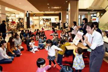レクトの親子向けイベント。40組の親子が音楽に合わせて体を動かして楽しんだ(27日、広島市西区)
