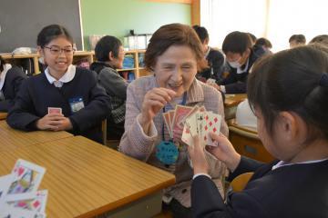 トランプ遊びを楽しむ高齢者や児童=水戸市新荘