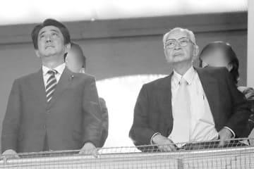 安倍首相と渡邉主筆(写真・時事通信)