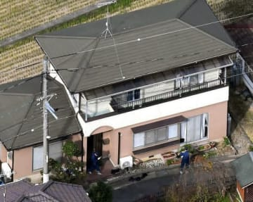 警察官2人が刺された民家を調べる捜査員(27日午前11時24分、広島市安芸区中野東6丁目)