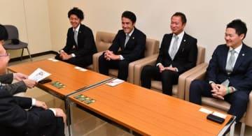 J3昇格の喜びを語るヴァンラーレ八戸の(左から)須藤主将、葛野監督、細越社長、菅原事業統括本部長