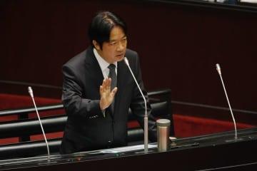 台湾の立法院で答弁する頼清徳行政院長=27日、台北市内(中央通信社=共同)