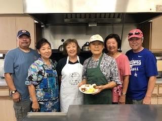 ウエストコビナのシニアランチのボランティアスタッフと佐藤さん(右から3人目)