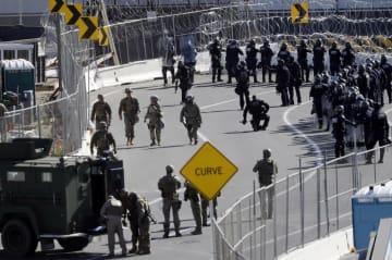 米カリフォルニア州のサンイシドロ国境検問所に集まる軍や米税関・国境警備局の要員=25日(AP=共同)