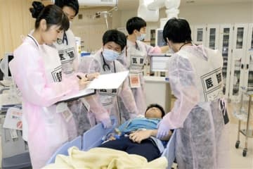 運び込まれた負傷者の治療に当たる医師や看護師たち=熊本市東区