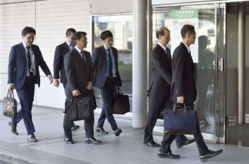 パイロットの飲酒不祥事で「ANAウイングス」本社へ立ち入り検査に向かう国交省の職員=28日午前、羽田空港