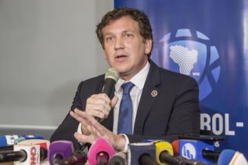 記者会見する南米サッカー連盟のドミンゲス会長=27日(ゲッティ=共同)