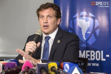 延期日の詳細を発表したアレハンドロ・ドミンゲス会長
