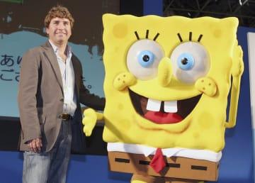 東京で開催されたアニメフェアで、スポンジ・ボブのキャラクターとポーズをとるヒレンバーグ氏=2006年3月(ゲッティ=共同)