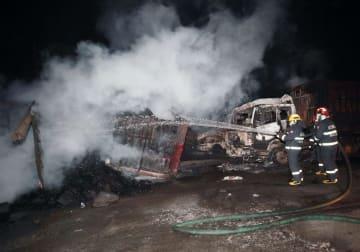 中国河北省張家口市の化学工場付近で起きた爆発で消火活動する消防隊員ら=28日(新華社=共同)
