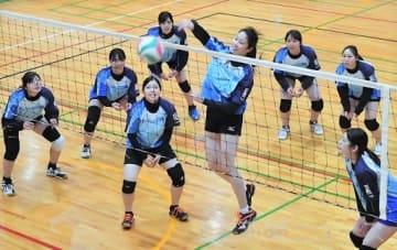 全日本総合女子選手権に向けて練習する
