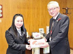 米野事務局長に募金箱を手渡す南会長(左)