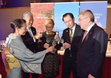 南部美人など東北の地酒で乾杯するバッハ会長(右)ら=27日、東京都内