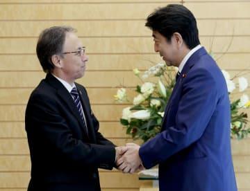 会談前に握手する沖縄県の玉城デニー知事(左)と安倍首相=28日午後、首相官邸