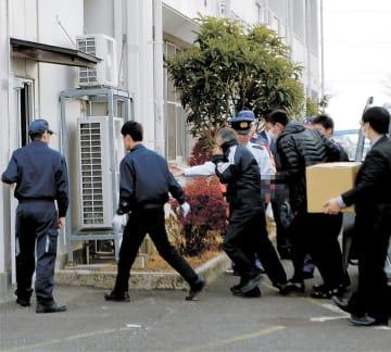 捜査員に誘導され、宮城県警大和署に入る川嶋容疑者(左から3人目)=28日午前9時40分ごろ(写真を一部加工しています)