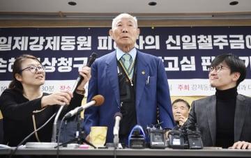 韓国徴用工訴訟で新日鉄住金に賠償を命じた判決が確定し、記者会見する原告の李春植さん(中央)と支援者ら=10月、ソウル(共同)
