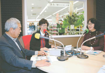 開局記念番組を放送するFMあおぞらの(右から)吉田さん、西垣さん、猪又さん