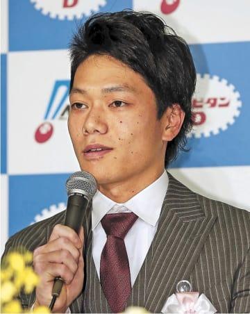 パ・リーグの新人王に選ばれ、記者会見する東北楽天の田中
