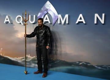 11月26日、英ロンドンで新作映画『アクアマン』の世界プレミア上映会が開かれ、出演者らが姿を見せた。写真はジェイソン・モモア - (2018年 ロイター/Simon Dawson)
