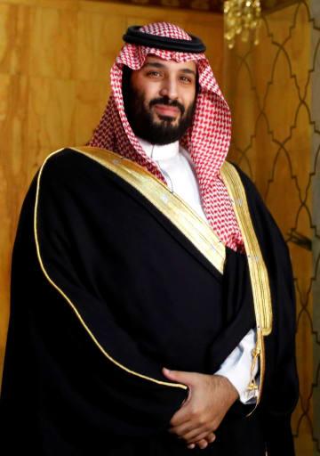 27日、訪問先のチュニジアで、写真撮影に応じるサウジアラビアのムハンマド皇太子(ロイター=共同)