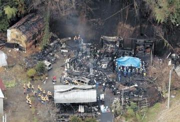 全焼した住宅から7人の遺体が発見された現場=2018年11月22日午前9時54分、福島県小野町飯豊