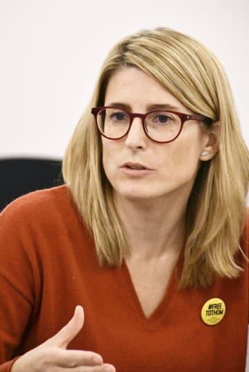 会見に応じるスペイン・カタルーニャ自治州のエルサ・アルタディ首相府相兼政府報道官=27日、バルセロナ(共同)