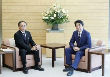 沖縄県の玉城デニー知事(左)と会談する安倍首相=28日午後、首相官邸