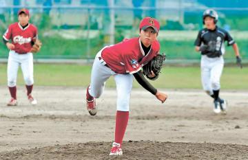 中学男子の硬式チームと練習試合をするクラーク記念国際高仙台キャンパスの女子選手=9月、仙台市