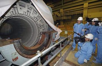 中部電力浜岡原発1号機で、解体作業が進む円筒状の発電機=28日午後、静岡県御前崎市
