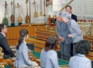 浜松市の楽器博物館を訪れ、演奏者に声を掛けられる天皇、皇后両陛下=28日午後(代表撮影)