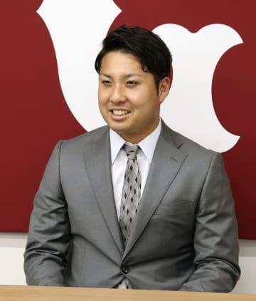 契約更改を終え、記者会見する巨人・今村=28日、東京都内の球団事務所