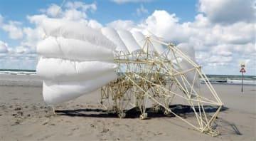 高さが3メートルあるテオ・ヤンセン氏が制作した作品「オルディス(WING)」(C)Media Force