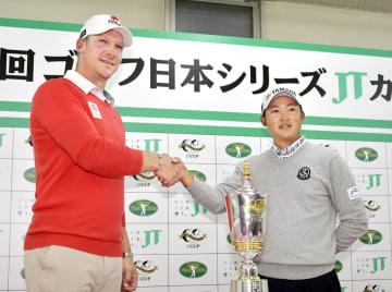 日本シリーズゴルフを前に握手する今平周吾(右)とショーン・ノリス=東京よみうりCC