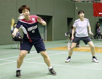 女子ダブルスで本戦出場を決めた山口茜(左)、綿矢汐里組=東京・駒沢体育館