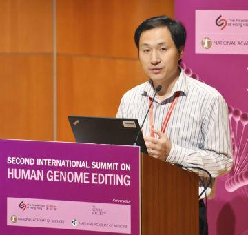香港で開かれた国際会議で講演する中国・南方科技大の賀建奎副教授=28日(共同)