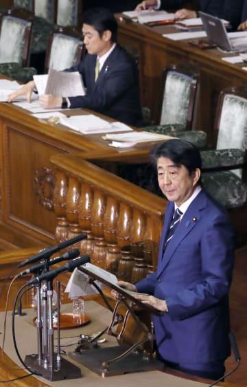 参院本会議で答弁する安倍首相。奥は山下法相=28日午後